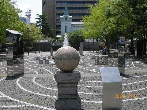 日米和親条約締結の地 開港広場に日米和親条約締結の地を示す碑があります。 2004年は日米和親条